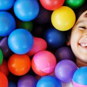 Kind mit Spielbällen